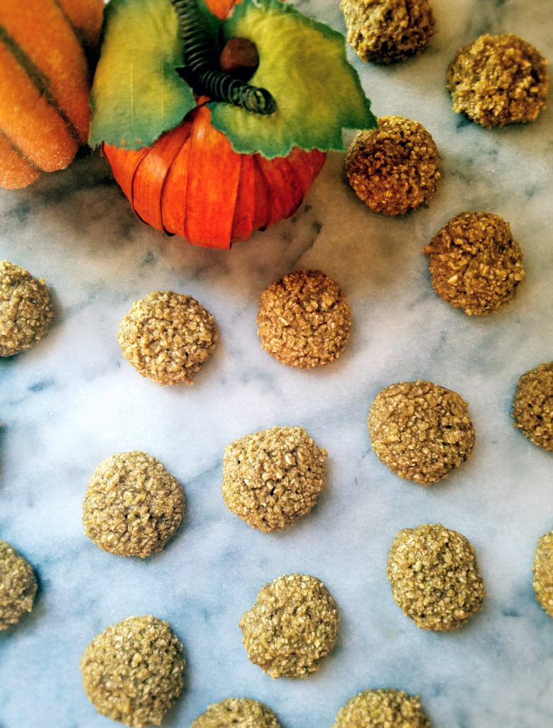 Gluten free mini pumpkin spice oatmeal cookies are super easy to make and actually healthy. A few simple ingredients and you'll have tasty pumpkin spice cookies in no time.