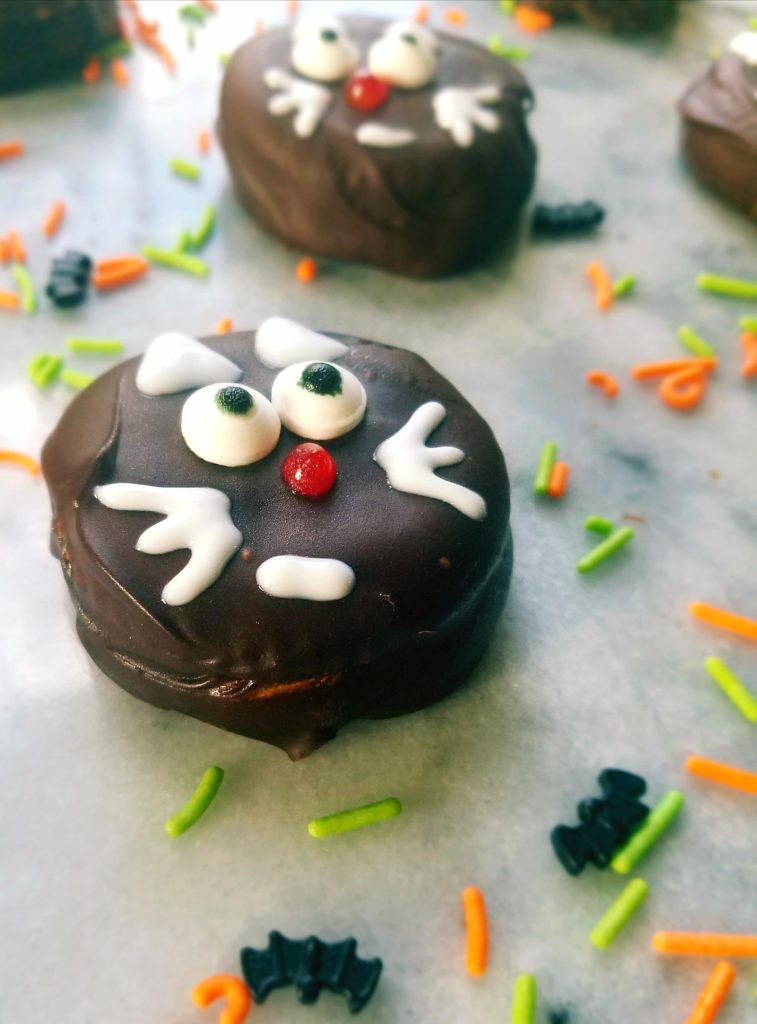 These Halloween black cats are a healthy, easy and fun treat that are perfect for your next Halloween party. They only require 3 ingredients including crackers, peanut butter and dark chocolate.