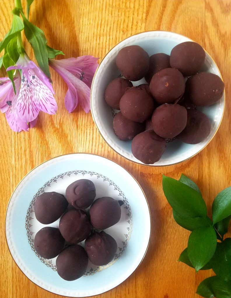 Vegan cashew truffles contain three main ingredients and are insanely easy to make. These no bake healthy truffles are chocolate-y with no added sugar, dairy free, gluten free and super tasty. Whip some up in no time. #vegan #truffles