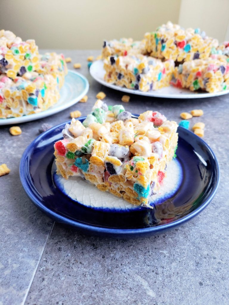 multiple plates with Cap'n crunch krispie treats on them