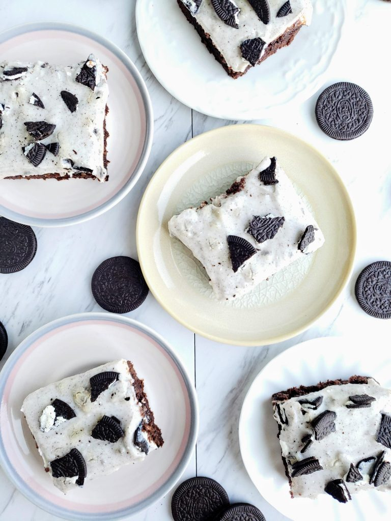 five plates of Oreo pudding brownies